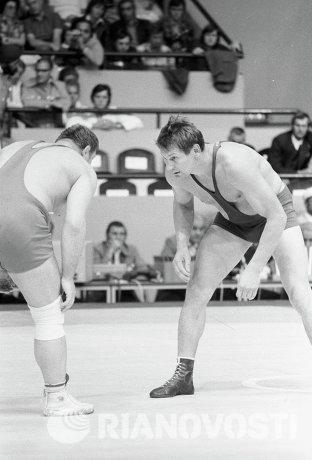 Александр Медведь (справа)