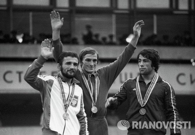 Анатолий Белоглазов (по центру)