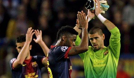 Футболисты Барселоны Давид Вилья, Алекс Сонг и Виктор Вальдес благодарят болельщиков