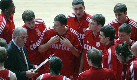 Главный тренер Цви Шерф (слева) и баскетболисты клуба Спартак (Санкт-Петербург)