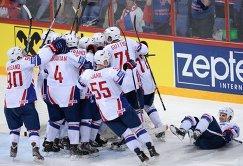 Хоккеисты сборной Франции радуются победе над сборной России