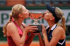 Екатерина Макарова (слева) и Елена Веснина с главным трофеем соревнований.