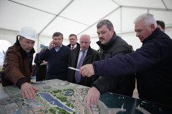 С.Гапликов на церемонии закладки первого камня Олимпийской деревни