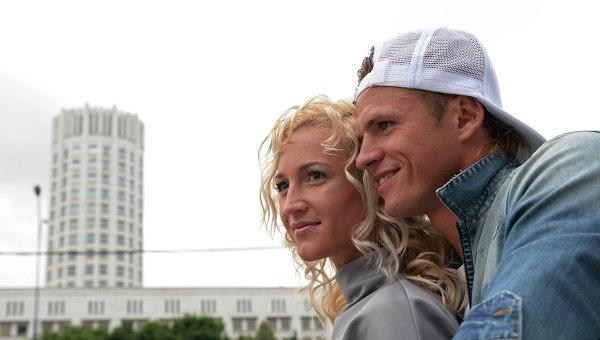 Полузащитник московского Локомотива Дмитрий Тарасов с женой Ольгой Бузовой