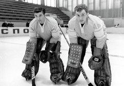 1972 год - вратари сборной СССР по хоккею с шайбой Владислав Третьяк и Александр Пашков
