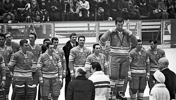 Сборная команда СССР по хоккею на пьедестале Почета на Олимпиаде в Саппоро