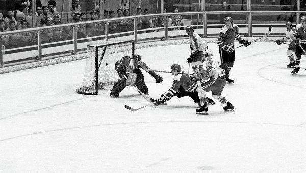 Момент хоккейного матча между сборными ФРГ и Польши