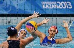 Игроки сборной России Антонова Александра, Карнаух Анна (слева направо на втором плане) и игрок сборной США Тира Шредер (слева на первом плане)