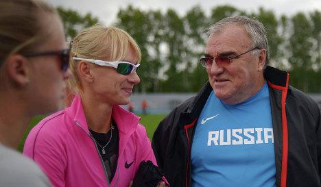 Спортсменка Юлия Гущина (в центре) и главный тренер сборной России по легкой атлетике Валентин Маслаков