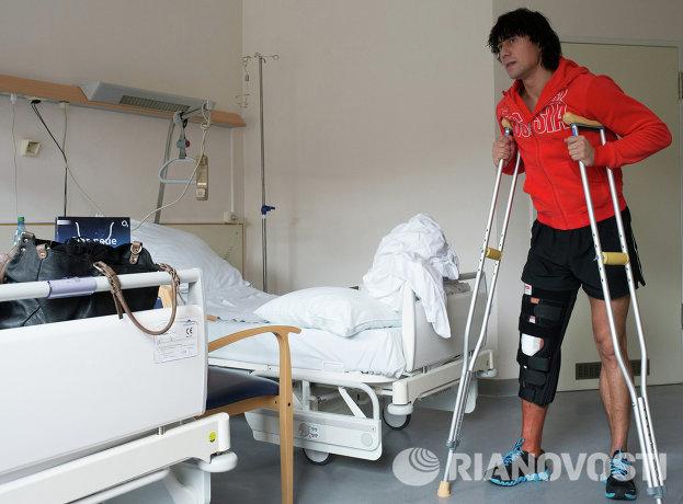 Российский фигурист Александр Смирнов, получивший травму правого колена на мемориале Панина, прооперирован 12 октября в клинике Мюнхена.