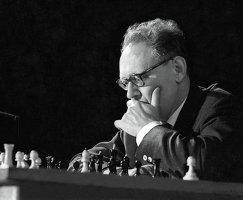 Чемпион мира по шахматам Михаил Ботвинник во время игры
