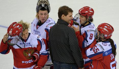 Игроки сборной России и генеральный менеджер мужской и женской сборных России по хоккею Алексей Яшин