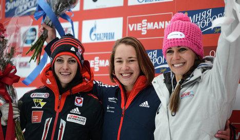 Призеры соревнований по скелетону среди женщин на четвертом этапе Кубка мира в Лейк-Плэсид на церемонии награждения.
