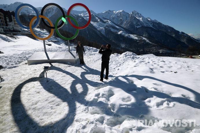 Гости Олимпиады фотографируются у олимпийских колец в Главной горной Олимпийской деревне в Сочи