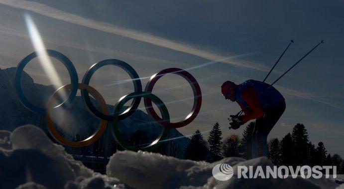 Спортсмен на тренировке национальных сборных по лыжным гонкам перед началом XXII зимних Олимпийских игр в Сочи