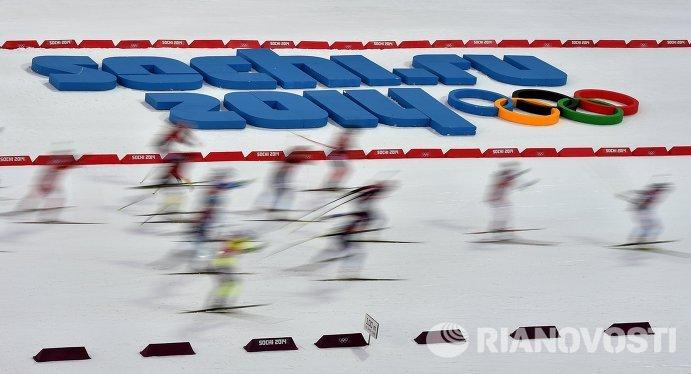 Спортсменки на дистанции эстафетной гонки в соревнованиях по биатлону среди смешанных команд