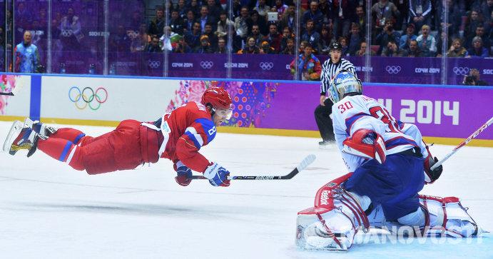 Слева направо: форвард сборной России Александр Овечкин и вратарь норвежской команды Ларс Хеуген