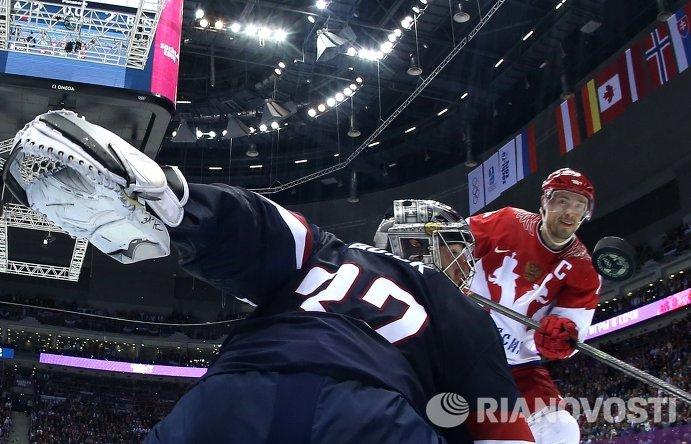 Справа налево: форвард сборной России Павел Дацюк забивает гол в ворота Джонатана Куика (США)