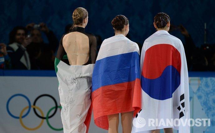 Каролина Костнер (Италия) - бронзовая медаль, Аделина Сотникова (Россия) - золотая медаль, Ким Ю На (Южная Корея) - серебряная медаль (слева направо)