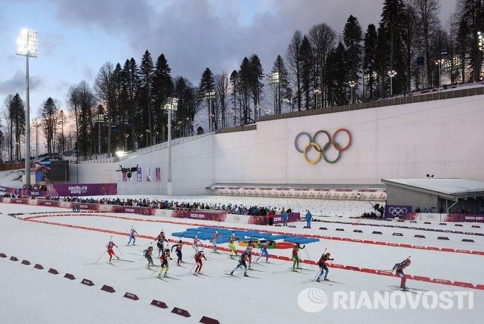 Спортсменки на дистанции эстафетной гонки в соревнованиях по биатлону среди женщин на XXII зимних Олимпийских играх в Сочи
