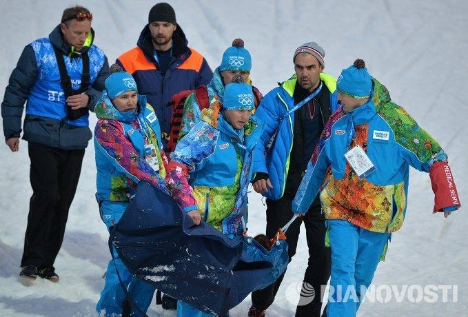 Оказание медицинской помощи Мари-Лор Брюне (Франция) во время эстафетной гонки в соревнованиях по биатлону среди женщин