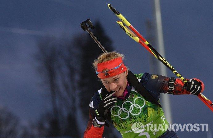 Ольга Зайцева (Россия) на огневом рубеже эстафетной гонки в соревнованиях по биатлону среди женщин