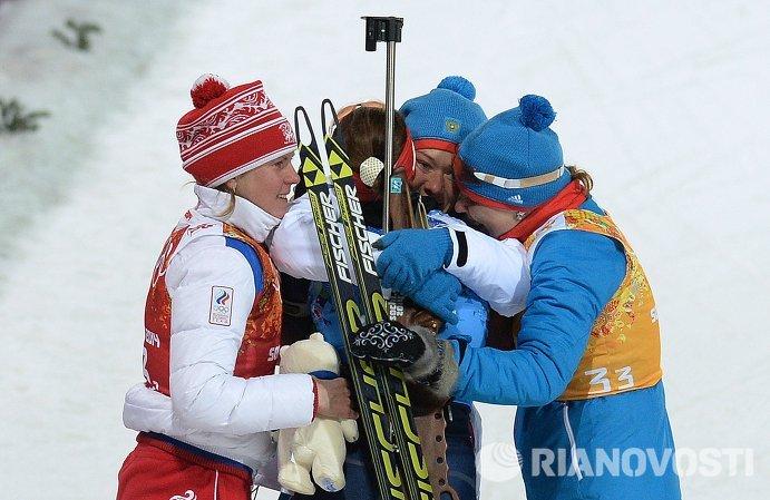 Российские спортсменки на финише эстафетной гонки в соревнованиях по биатлону среди женщин