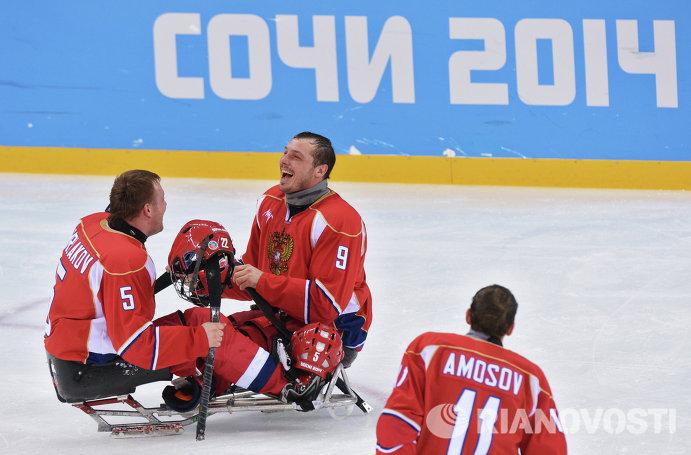 Слева направо следж-хоккеисты: Василий Варлаков, Константин Шишков и Алексей Амосов