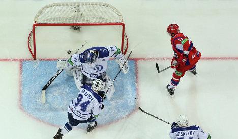 Нападающий Локомотива Сергей Коньков (вверху справа) забивает шайбу в ворота Динамо