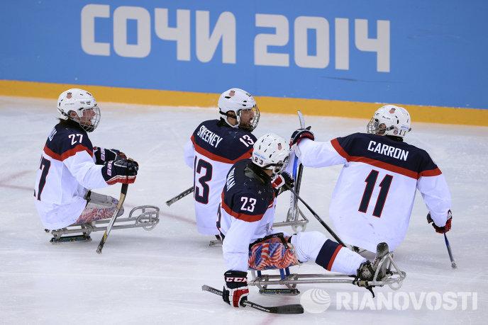 Хоккеисты сборной США Джошуа Полс, Джошуа Суини, Рико Роман и Тайлер Кэррон