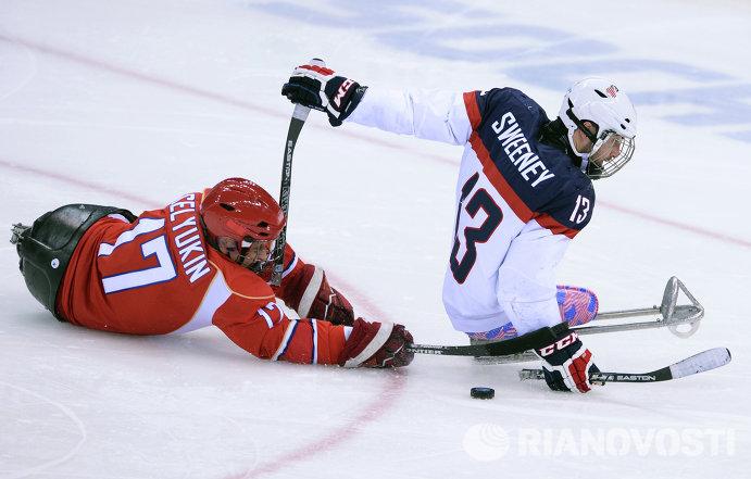 Следж-хоккеист сборной России Вадим Селюкин и игрок сборной США Джошуа Суини (слева направо)