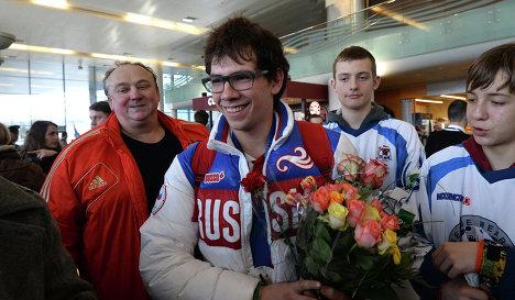 Капитан сборной России по следж-хоккею Дмитрий Лисов (в центре)