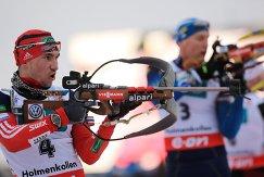 Биатлонисты Александр Логинов (Россия) и Бьорн Ферри (Швеция) на огневом рубеже