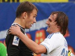 Вратарь Рубина Сергей Рыжиков (слева) и нападающий Динамо Владимир Дядюн