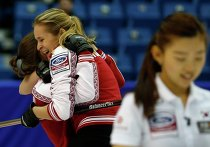 Керлингистки сборной России Анна Сидорова и Маргарита Фомина радуются победе над кореянками