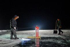 Рабочие обжигают лед озера Байкал ночью перед матчем-акцией Ночной Хоккейной Лиги Байкал – территория НХЛ