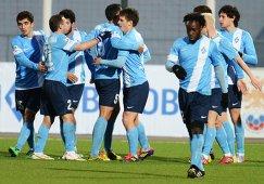 Футболисты Крыльев Советов радуются забитому мячу в ворота Терека