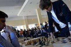 Магнус Карлсен (справа)