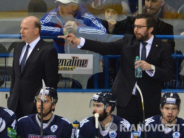 Главный тренер ХК Металлург Майк Кинэн и старший тренер Илья Воробьев (слева направо во втором ряду)