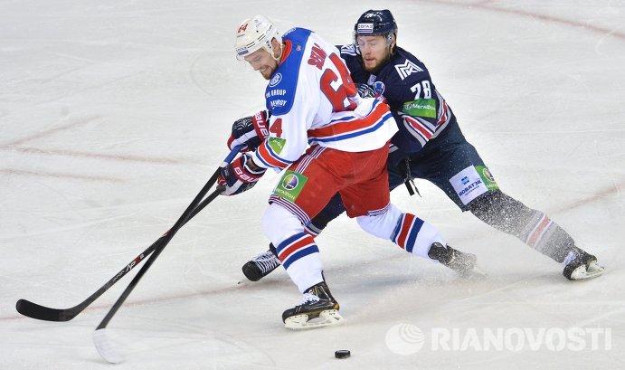 Форвард ХК Лев Иржи Секач (слева) и защитник ХК Металлург Ярослав Хабаров