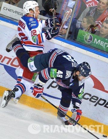 Форвард ХК Лев Калле Риддервалль (слева) и защитник ХК Металлург Евгений Бирюков