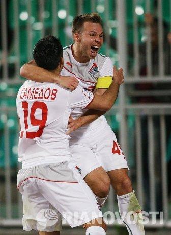 Футболисты Локомотива Александр Самедов и Роман Шишкин (слева направо) радуются забитому голу в матче 27-го тура чемпионата России по футболу