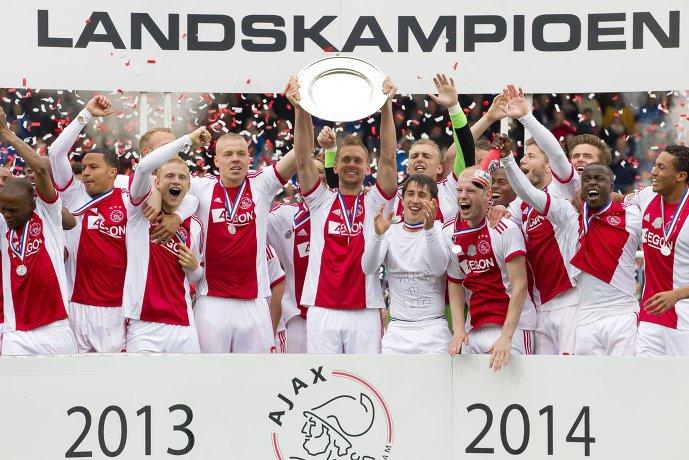 Футболисты Аякса с трофеем чемпионата Нидерландов по футболу сезона 2013/2014