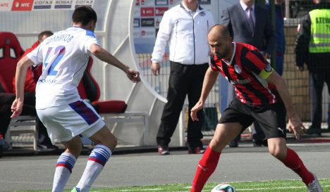 Защитник ЦСКА Георгий Щенников (слева) и полузащитник Амкара Георги Пеев