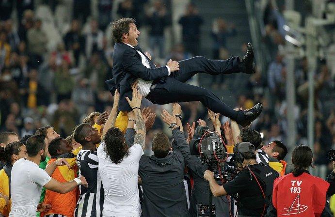 Футболисты Ювентуса качают главного тренера команды Антонио Конте