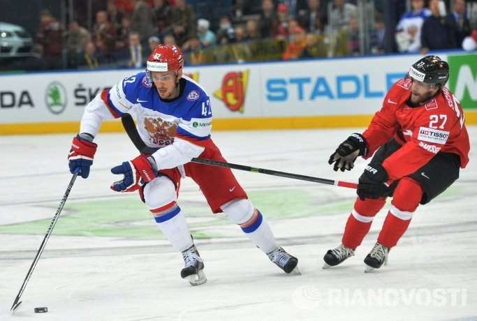 Форвард сборной России Артем Анисимов (слева) и защитник сборной Швейцарии Доминик Шлумпф