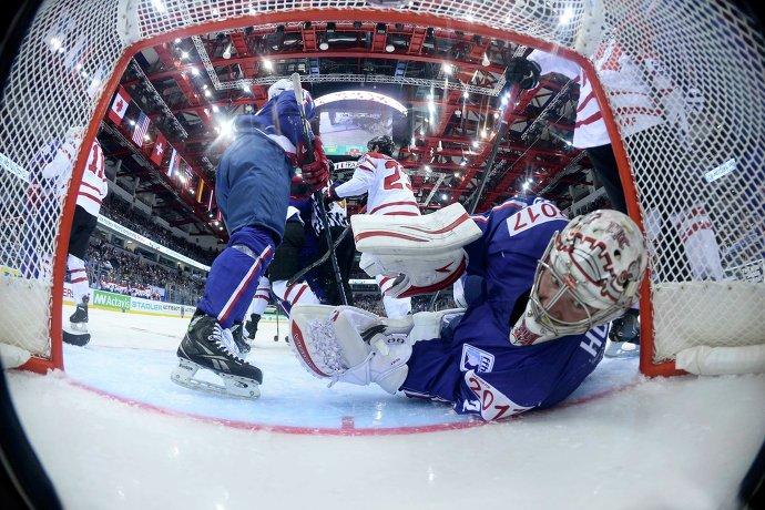 Голкипер сборной Франции по хоккею Кристобаль Юэ в матче против канадских хоккеистов