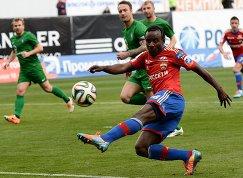 Нападающий ПФК ЦСКА Сейду Думбия (справа) атакует ворота Томи