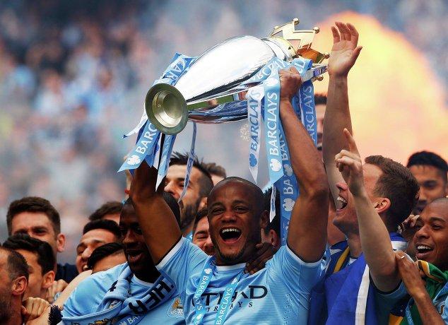 Футболисты Манчестер Сити с кубком чемпионов Англии сезона 2013/2014