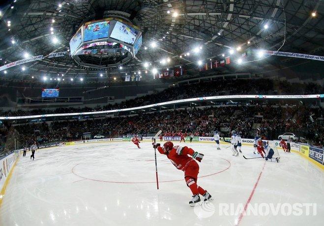 Хоккеист сборной Белоруссии Андрей Степанов радуется заброшенной шайбе на чемпионате мира